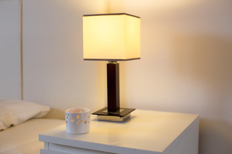 Lampka w pokoju nad morzem