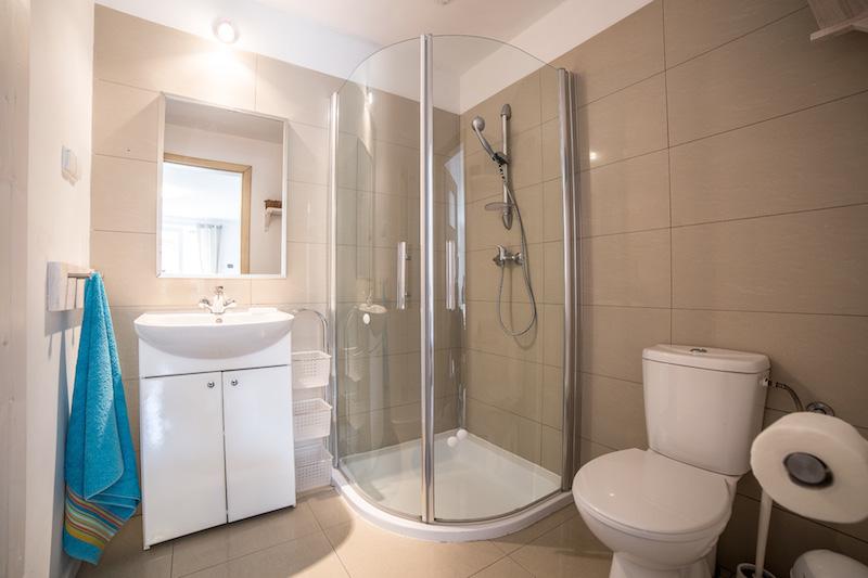 Czysta łazienka, kabina prysznicowa