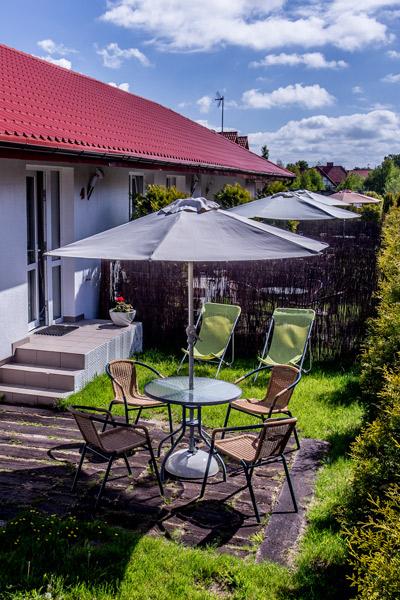 Villa Victoria Miejsce wypoczynkowe z zestawaem krzesełek i stolikiem na świeżym powietrzu