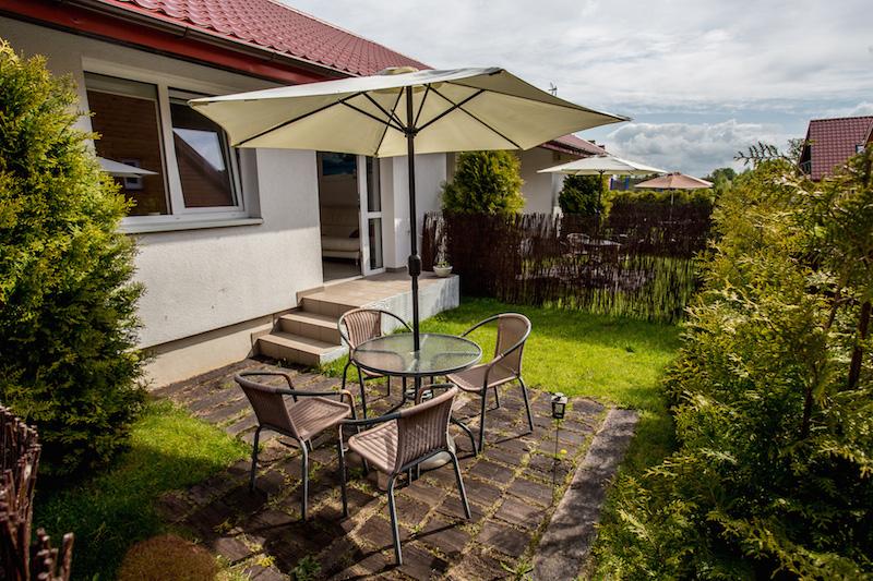 Miejsce z parasolem stolikiem i krzesełkami